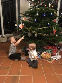Otto og Frida foran juletræet