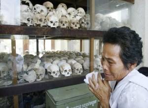 Cambojana chora ao visitar memorial de Cheung Ek Killing Fields, que guarda milhares de crânios de vítimas do Khmer Rouge (AP Photo / Andy Eames)