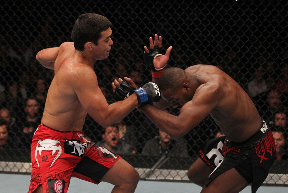 Machida bedrängt Jones. (Foto: UFC.com)