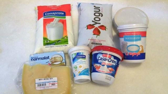 Frische Milch und Erdbeer-Joghurt im Schlauchbeutel, Magerquark, Butter, Käse, Joghurt im Becher (ohne Zucker!) und eine Art Creme fraîche