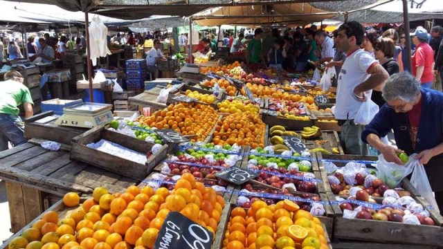 Obst-/Gemüsestand (Orangen waren im Angebot 3 kg für 60 Pesos = 2,40 Euro)