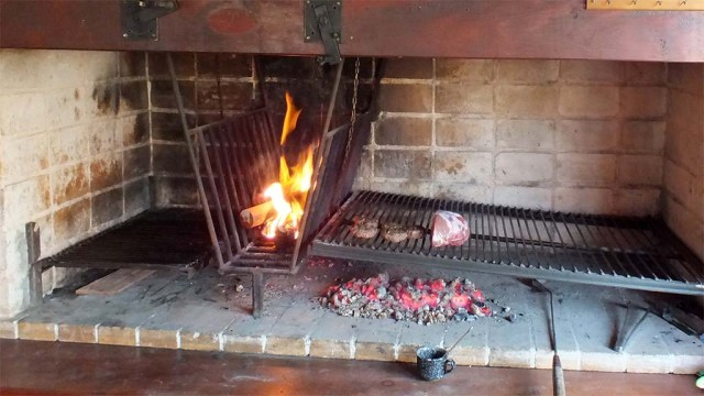 Beispiel Standard-Parrilla - links der Bereich für das Holzfeuer, rechts höhenverstellbarer Grillrost