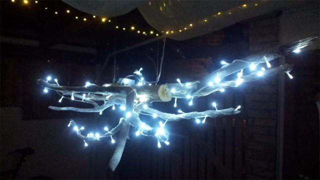 Von Reinhard selbst gebaute Lampe, die uns den Esstisch auf unserer Terrasse erhellt. Gebaut aus Treibholz vom Strand und Weihnachtsbeleuchtung von UNIK Lightdesign Punta del Este