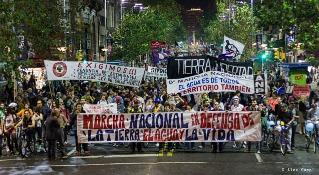 """Protest gegen Privatisierung des Wassers beim """"9. Marsch für das Leben"""" im Oktober in Montevideo"""