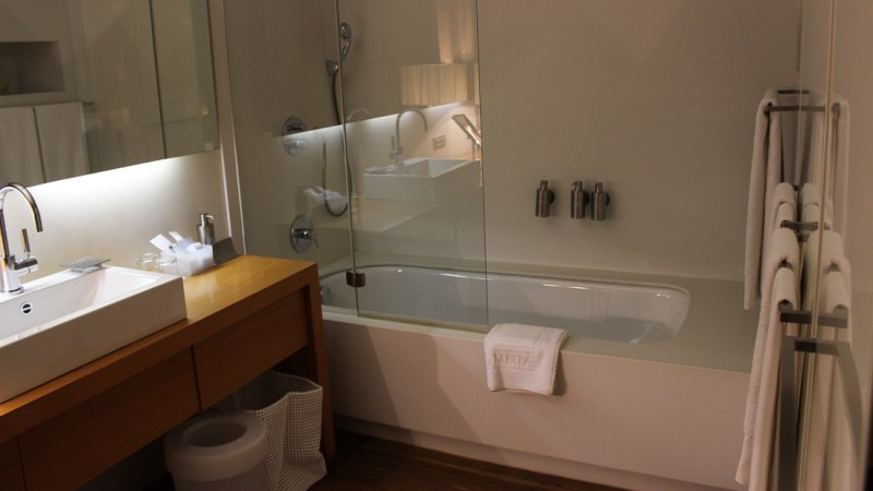 hotel omm barcelona badewanne bad
