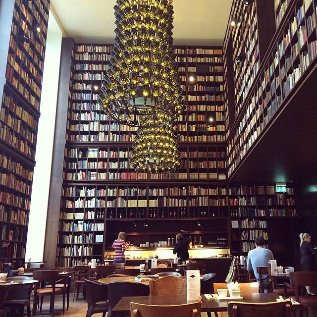 """Frühstück mit 33.000 Büchern in der """"Library""""."""