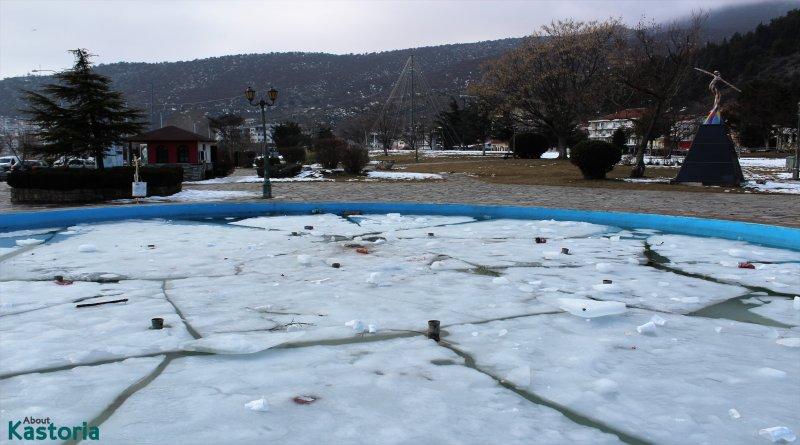 Το παγωμένο σιντριβάνι γέμισε…σκουπίδια! – φωτογραφίες