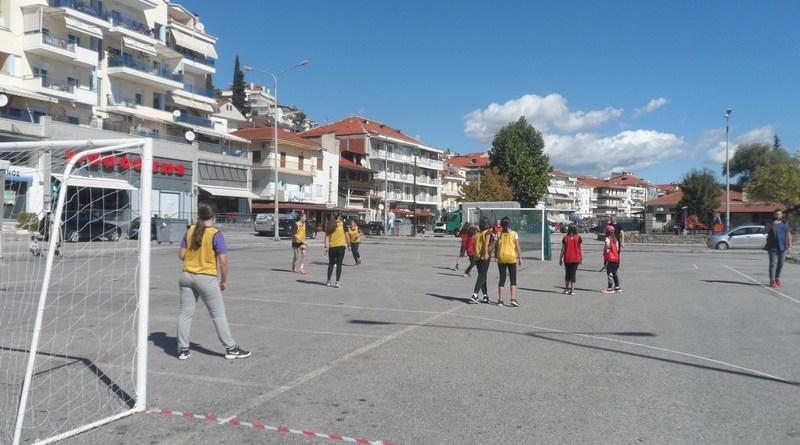 Δεκάδες παιδιά έπαιξαν street handball σήμερα στην Καστοριά