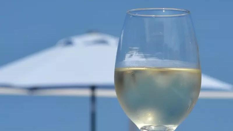 Вино — оптимальный выбор в жаркую погоду