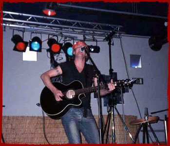 Chris Gray performing in Koksijde, Belgium on August 14th 2002