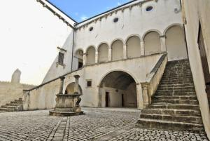 Palazzo Santucci di Navelli - interno del cortile