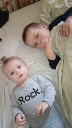 Her er de søte to minste barna våre, og dette er allerede flere måneder siden. Det er bra jeg fikk med meg det meste, for tiden går så fort.