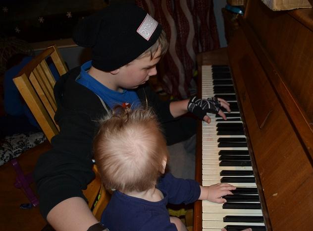 Levi Mathias liker å spille piano og følger ivrig med på storebror Elias.