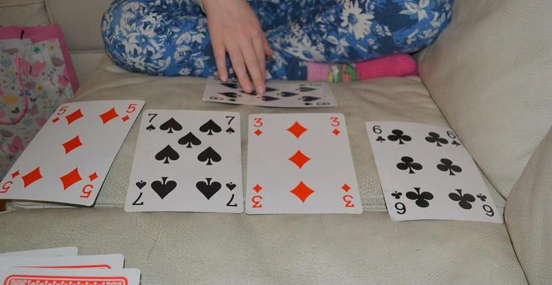 Vi har brukt kortstokk til å gjøre masse matte! Kortstokk kan brukes til å øve tiervenner, ganging og masse annet. Vi fant på et nytt spill og hadde det morsomt lenge med dette! Fjern knekt, dame og konge og tiere. Del bunken i to. Begge legger to kort hver i midten (på en rad). Så snur begge det øverste kortet i sin bunke. Hvis man finner tiervennen til kortet man snudde, samler man det inn, og legger et nytt kort i midten. Dette er et evighetsspill og man vinner egentlig ikke. Det er bare morsom øving:)