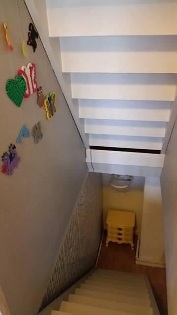 Jeg fikk endelig pusset opp trappe, trappeveggen og kommoden nedi der. Jeg spurte dere om tips til pynt til kommoden og fikk forslag om å lage en bolle av pærler. Det har jeg nå gjort, men har bare ikke fått vist dere det ennå. Det kommer...