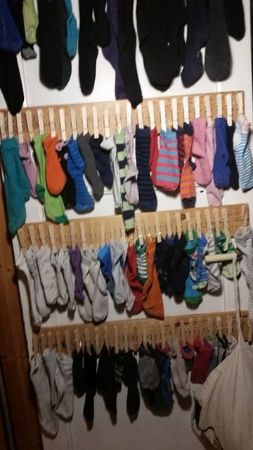 Taraaaaaaaa her har jeg hengt opp maaaange enslige sokker som bare venter på å finne sin venn.