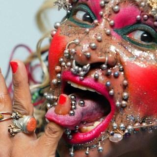 La donna con più piercing al mondo!