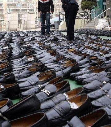 Ruba 1200 paia di scarpe ai defunti, arrestato
