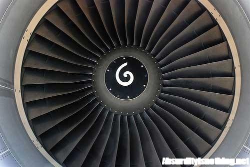 Si addormenta sulla turbina di un aereo