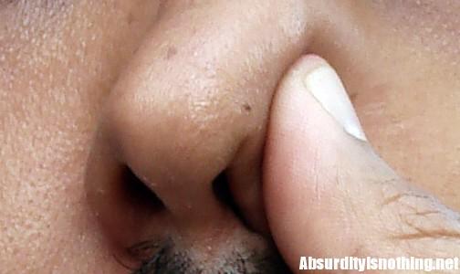 Si tappa una narice e si soffia il naso sulla fidanzata - Arrestato