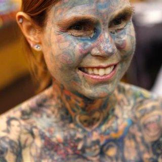 Costretta a tatuarsi per sconfiggere una malattia, diventa la donna più tatuata del mondo
