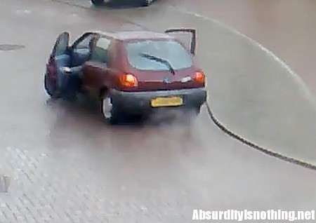 Salta dall'auto in corsa per non sentire la moglie