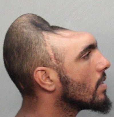 Uomo con la testa a metà