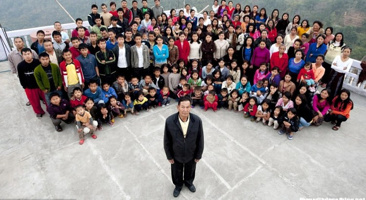Ziona Chana e la sua numerosissima famiglia (4)