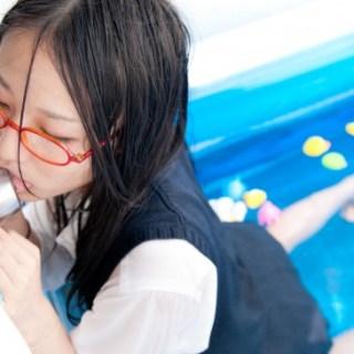 Nuova moda in Giappone, le ragazze leccano le maniglie.