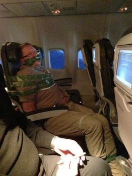 Passeggero ubriaco viene legato al sedile dell'aereo