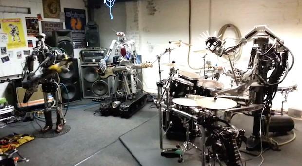 "Robot che suonano ""Ace Of Spades"""