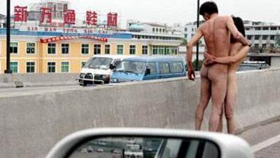 Coppia cinese protesta nuda su un ponte