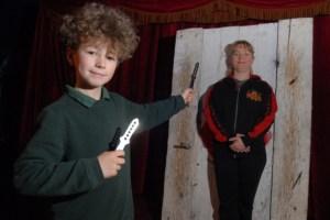 Il più piccolo lanciatore di coltelli (3)