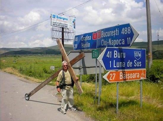Viaggia da 26 anni con un crocifisso in spalla (3)