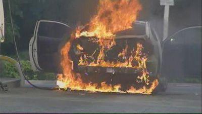 Crede di essere Dio, dà fuoco all'auto