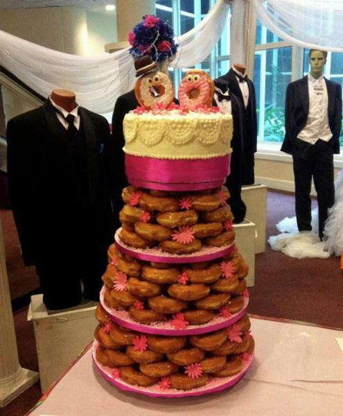 Torta nuziale fatta con le ciambelle