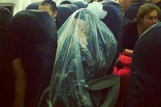 Si avvolge in un sacchetto di plastica per proteggere la propria purezza religiosa