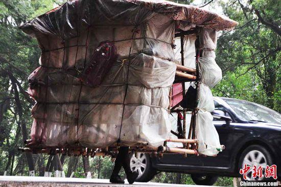 Cinese si porta una casa mobile sulle spalle (1)