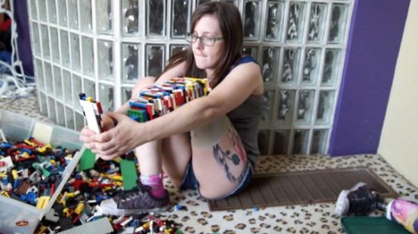Ragazza con la gamba amputata se ne costruisce una di LEGO