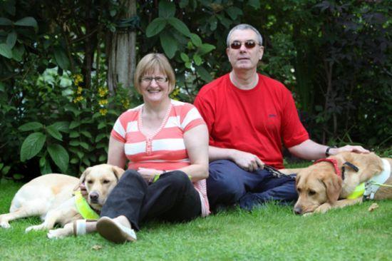 Coppia di ciechi si sposa dopo che i rispettivi cani guida si sono innamorati