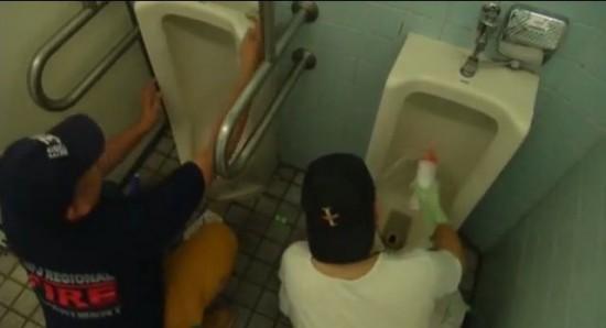 Circolo giapponese pulisce i bagni pubblici come hobby