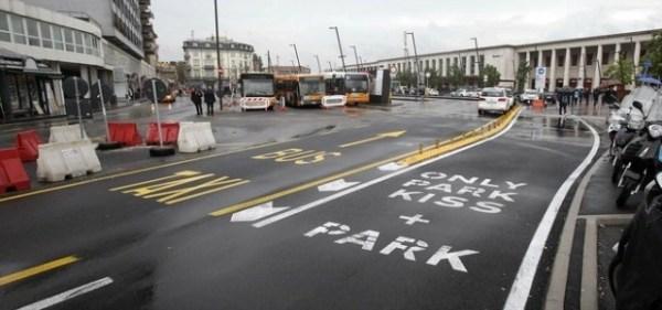 Nuova corsia dedicata agli ultimi baci davanti alla stazione