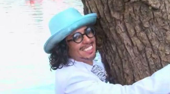 Attivista ambientale sosia di Johnny Depp sposa un albero (1)
