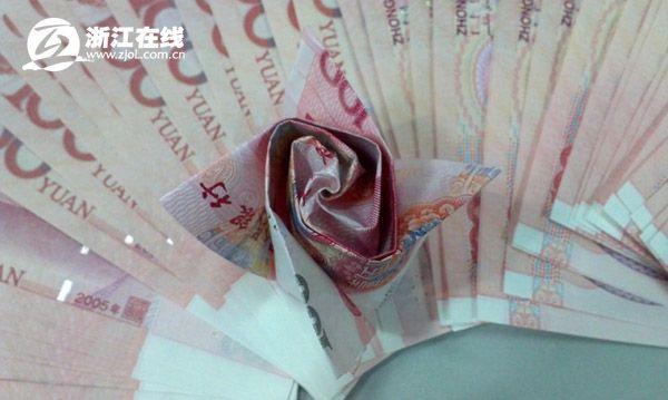 999 rose fatte di banconote (4)