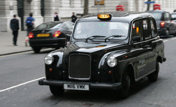 Va a rapinare una banca in taxi, chiede all'autista di aspettarlo