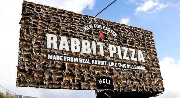 Cartelloni pubblicitari con veri conigli morti (1)