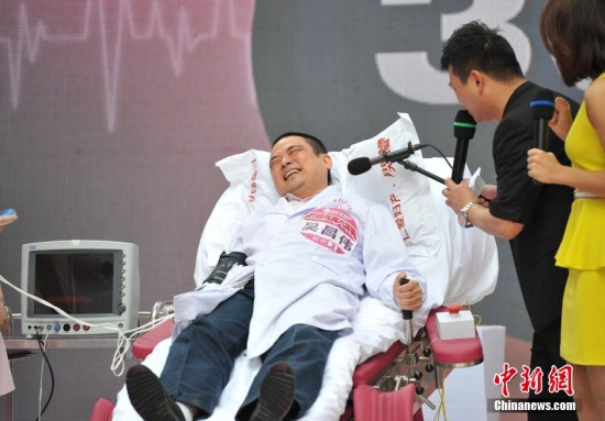 Cina, uomini provano il dolore del parto (1)