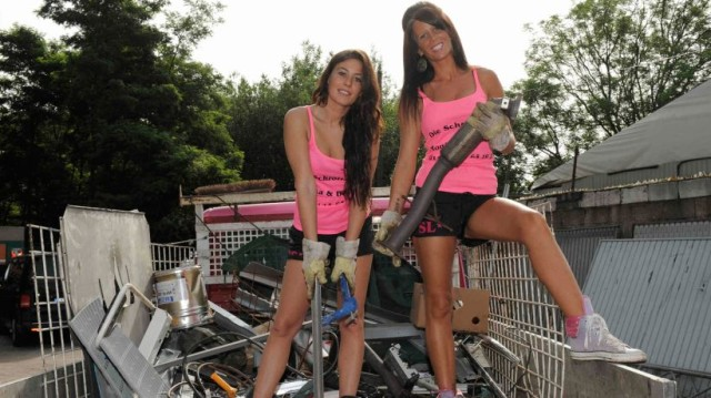 Rottami metallici - donne vestite in rosa (1)