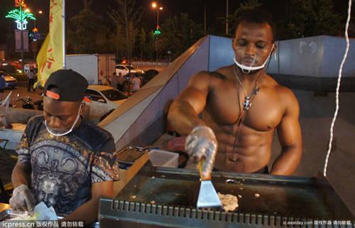 Palestrato assunto da un fast-food lavora a petto nudo (1)