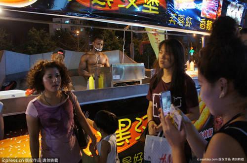 Palestrato assunto da un fast-food lavora a petto nudo (2)